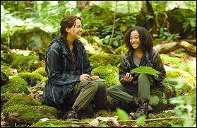 Quand Katniss est victime des abeilles tueuses, qui la trouve évanouit et prend soin d'elle ?