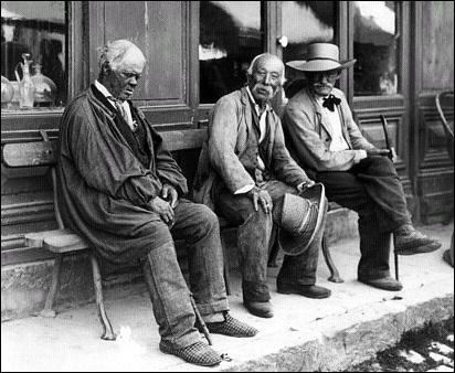 Qui chante : ''Trois vieux papys tout vermoulus / Sur un très vieux banc tout moussu / Parlaient de la pluie et du temps / Par ici la terre est très dure / Disait l'Arthur''