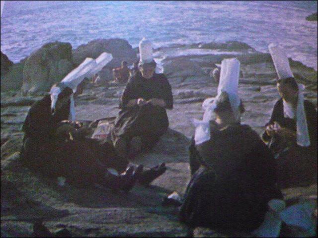 La mer est présente partout, et berce le rythme des travaux des dentellières. Les reconnaissez-vous à leur coiffe ? Elles sont du Pays...