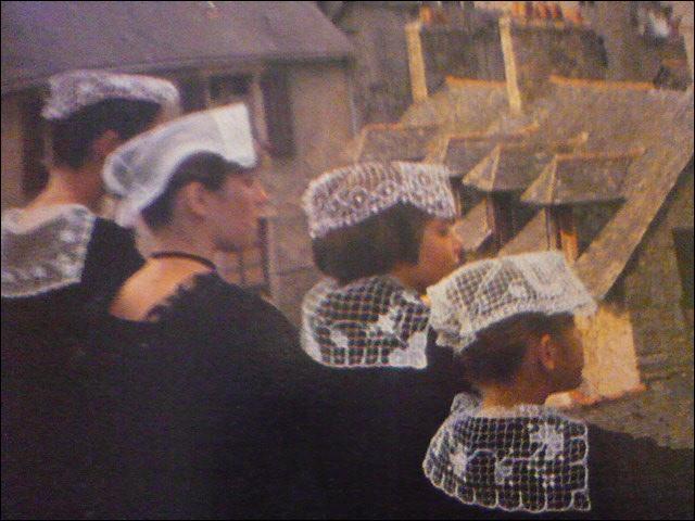 Femmes contemplant la belle ville, autrefois capitale des Vénètes. Presque entièrement ceinturée de remparts, la vieille ville conserve des maisons ornées de pignons à pans de bois.
