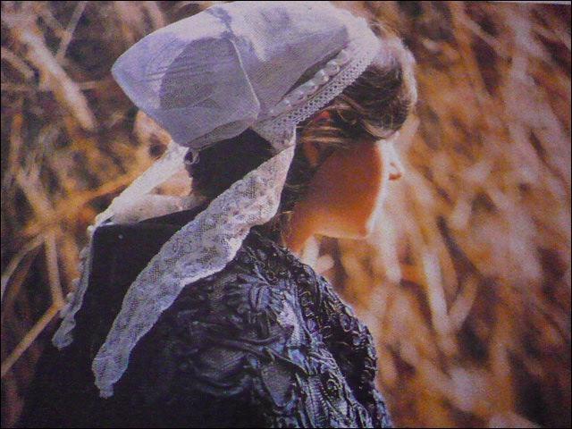 """De la délicatesse dans cette coiffe ayant subi l'influence de celle de Guérande. des """"barbes"""" reposent sur une résille de dentelle enserrant un bourrelet. Que sont les """"barbes"""" ?"""