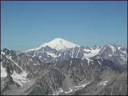Situé dans le Caucase et culminant à 5642 mètres, je suis...