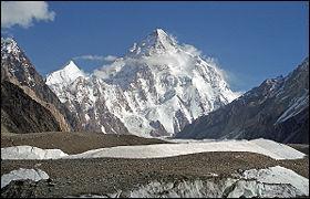 Réputé pour être un des plus difficiles à gravir, il est situé à la frontière entre la Chine et le Pakistan et culmine à 8611 mètres :