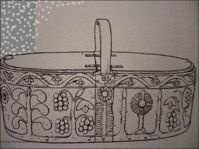 Voilà un panier à couvercle, décoré de ceps de vigne stylisés, de candélabres et d'un ostensoir. Il sert à la  leveuse  chargée de rapporter des travaux de chez l'ouvrière.