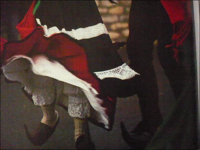 Des sabots de légende, faits d'une pièce coudée en bois. La tradition voulait que le fiancé en offrît une paire à l'élue, la nuit de Noël. Ils sont utilisés par les danseurs de Bethmale.