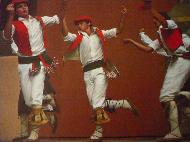 Je vous les ai déjà présentés. Ils exécutent, avec brio, le fameux  saut basque . Quel nom porte cette figure qui exige une belle concentration sur la mélodie ?