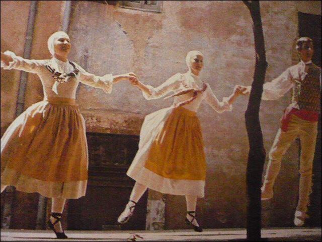 On joue sur des instruments anciens : luth, théorbe, vielle et cabrette. Des groupes de danses folkloriques retrouvent les pas d'antan. Les ruelles de Cordes s'animent, revivent à l'heure médiévale.