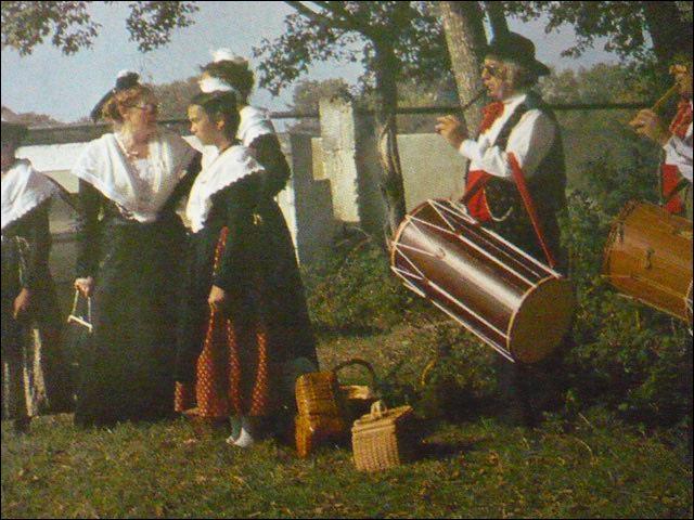 Les tambourinaïres accompagnent chants et danses qui animent les fêtes provençales. De quels instruments jouent-ils ?