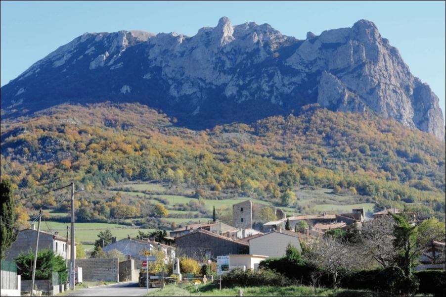 [Folklore] Quel village du Languedoc est connu pour les nombreuses légendes entourant la montagne voisine, notamment en décembre 2012 ? (une seule réponse vraie)