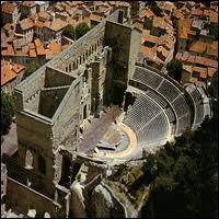 L'image représente une vue aérienne des vestiges romains de la ville d'Orange. Quel est son département ?