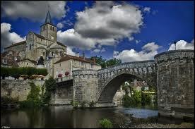 Voici la charmante ville de Montmorillon. Quel est son département ?