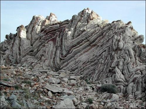 Le monde minéral est en sous-sol et au sol. Il s'agit du monde des roches. Comment s'appelle la science qui étudie les matières dont la Terre est composée à sa surface et en profondeur ?