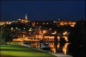 Associez la ville d'Angoulême, photographiée de nuit, à sa région :