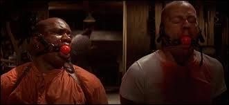 Au milieu du film, Bruce Willis utilise quelle arme pour tuer ses ennemis ?