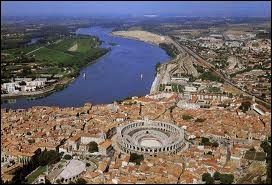Voici la ville d'Arles et ses célèbres arènes. Rattachez-lui sa région.