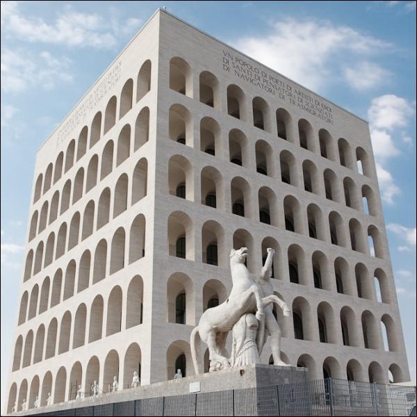 Le Palais de la Civilisation et du Travail est achevé à Rome en 1940. On l'appelle également ...