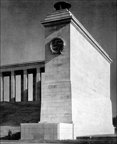 Cet architecte nazi a conçu la nouvelle chancellerie du Reich, ainsi qu'un gigantesque complexe destiné aux congrès nazis dans la ville de ...