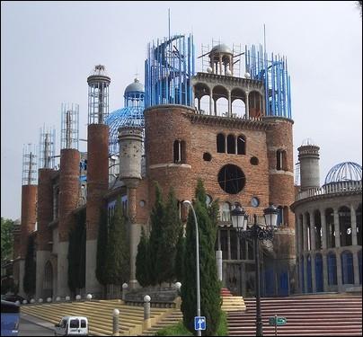 La  Cathédrale du fou  est en construction depuis 1961 par un seul homme ( Justo Gallego Martinez ) avec des matériaux de récupération. Où est érigé ce monument ?