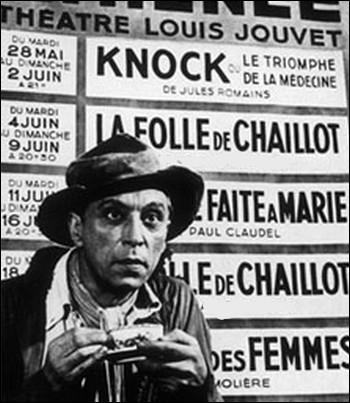Qui est l'auteur de  La Folle de Chaillot , créée au Théâtre de l'Athénée le 22 décembre 1945 par Louis Jouvet ?