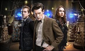 Dans quel épisode voit-on Amy, Rory et le Docteur, vêtus de cette façon et entourés de Daleks ?
