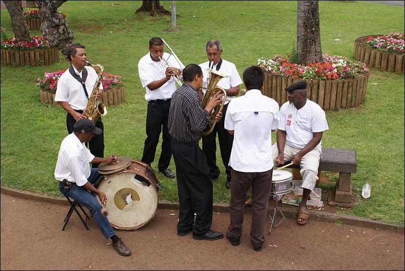 Comment se nomme le genre musical local, très dansant ?