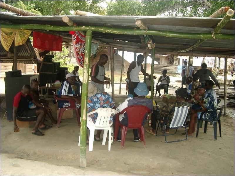 Dans un village surinamien, au beau milieu de la jungle amazonienne, loin de tout, vous pouvez regarder la télévision !