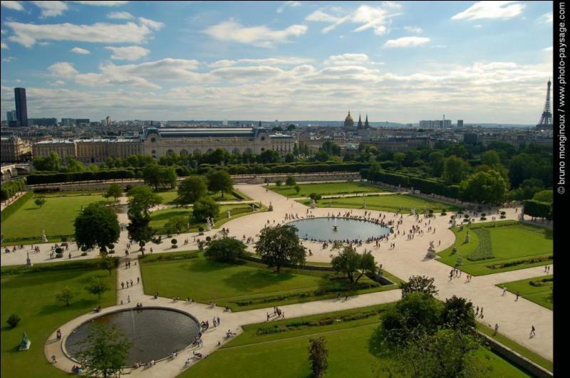 Cet endroit est le plus ancien et le plus vaste parc public de Paris. Il est aujourd'hui un musée en plein air et un havre de paix entre l'effervescence de la place de la Concorde et les musées du Louvre et d'Orsay.