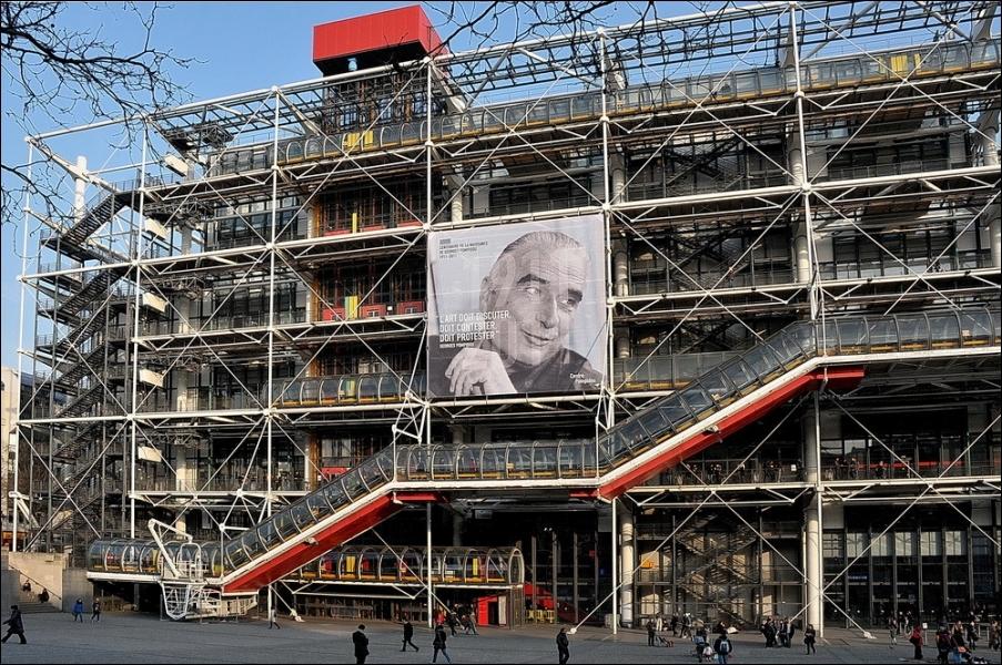Longtemps critiqué pour son architecture provocante, ce lieu, inauguré en 1977, accueille aujourd'hui près de 25 000 visiteurs par jour.