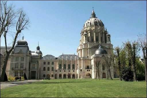 Le dôme de ce monument, inspiré par celui de Saint-Pierre de Rome, mesure 41 mètres de haut et 19 mètres de diamètre. Ce couvent fut transformé en hôpital militaire en 1793.