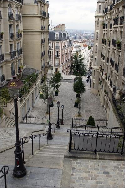 Ces escaliers font partie du décor d'un quartier juché sur une colline au Nord de Paris, sur le site légendaire du martyre de Saint-Denis. Ce village a été annexé à Paris en 1860.