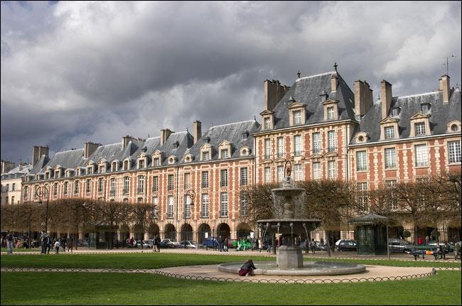 Inaugurée en 1612, cette place est aménagée par Henri IV qui souhaite en faire un lieu de fête et de promenade. Elle prend son nom définitif en 1800.