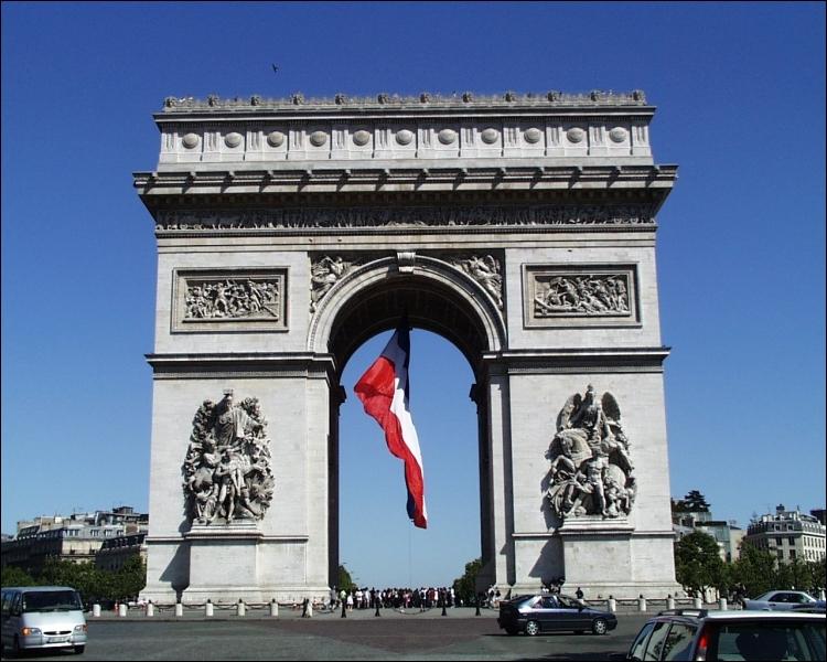 Commandé par l'empereur Napoléon 1er en 1806 pour glorifier la Grande Armée, ce monument a été achevé au bout de 30 ans.