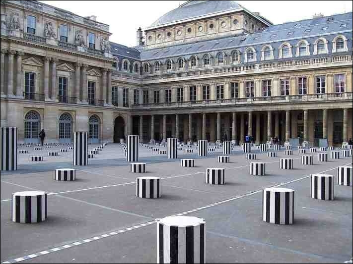 En 1815, le duc d'Orléans, futur Louis-Philippe, roi des Français de 1830 à 1848, donne à ce lieu son aspect définitif avec la cour d'honneur, la galerie d'Orléans et l'aile Montpensier.