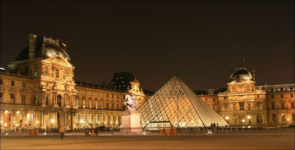 Forteresse puis palais des rois de France, ce lieu est une véritable ville dans la ville et abrite, depuis la fin du XVIIIème siècle, l'un des plus riches musées du monde.
