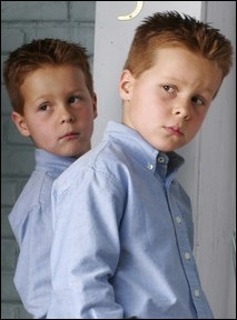 Pourquoi les jumeaux Scavo se font-ils renvoyer de l'école publique ?