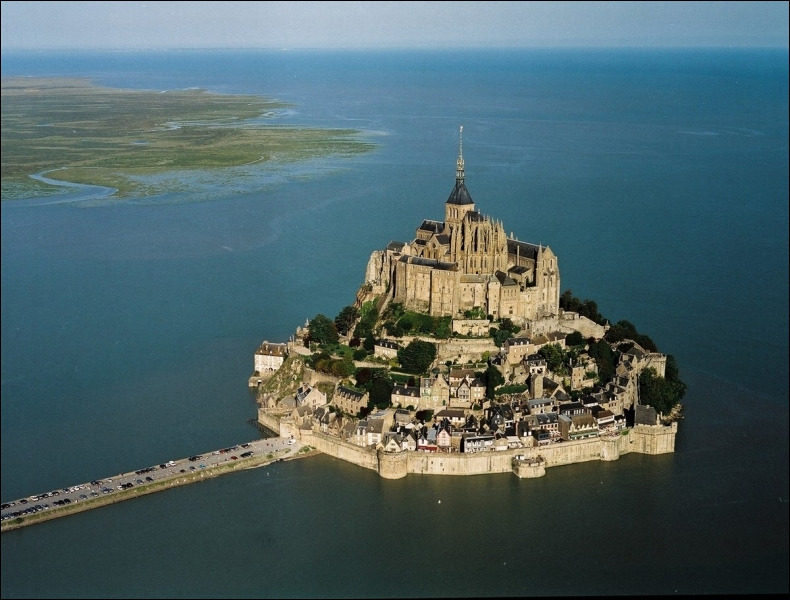 Considéré comme une merveille de l'Occident, ce lieu est un îlot granitique perdu au milieu de bancs de sable, ceint de remparts et surmonté d'une abbaye.