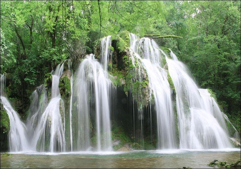 Ces cascades sont situées au cœur de la région des lacs, en Franche-Comté. Elles s'étendent sur près de 4 kilomètres et alimentaient autrefois de nombreux moulins.