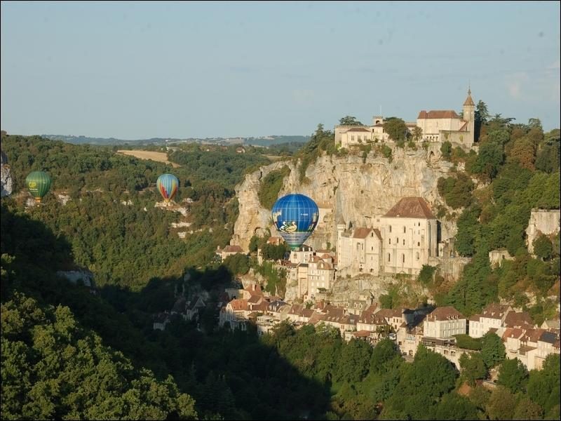 Perché sur le causse de Gramat, dans le haut Quercy, ce village semble défier les lois de la gravité. Il constituait, naguère, une étape sur la route de Saint-Jacques de Compostelle.