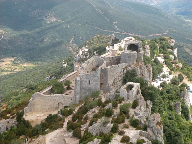 Juché au sommet d'un énorme éperon rocheux, ce château fut au Moyen Age la plus grande et la plus belle citadelle du massif des Corbières. Il n'en reste aujourd'hui que des ruines majestueuses.