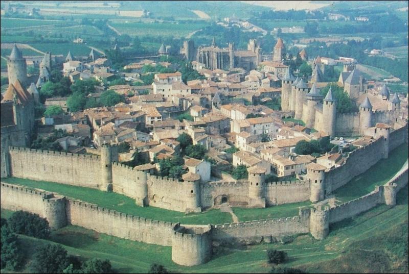 Cette cité, solidement campée sur un escarpement rocheux dominant la rive droite de l'Aude, est la plus grande et la plus complète forteresse médiévale subsistant en Europe.
