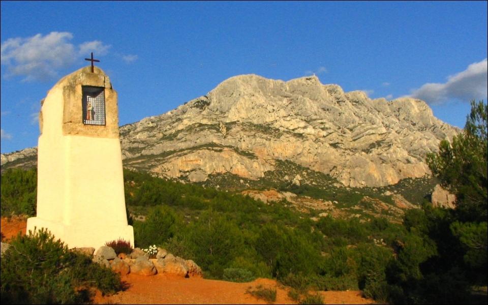 Ce massif provençal long d'environ 12 kilomètres s'étend à l'est d'Aix-en-Provence. Paul Cézanne appréciait particulièrement ce lieu qu'il fit apparaître dans plusieurs de ses toiles.