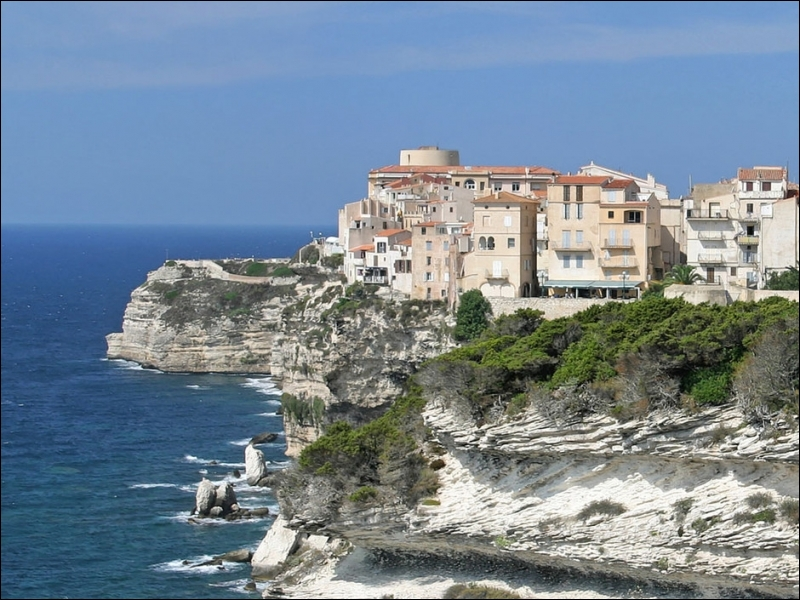 Sa citadelle et sa vieille ville fortifiée sont juchées sur des falaises blanches à près de 60 mètres au-dessus de la Méditerranée. Cette ville corse est surnommée la porte de l'Afrique.