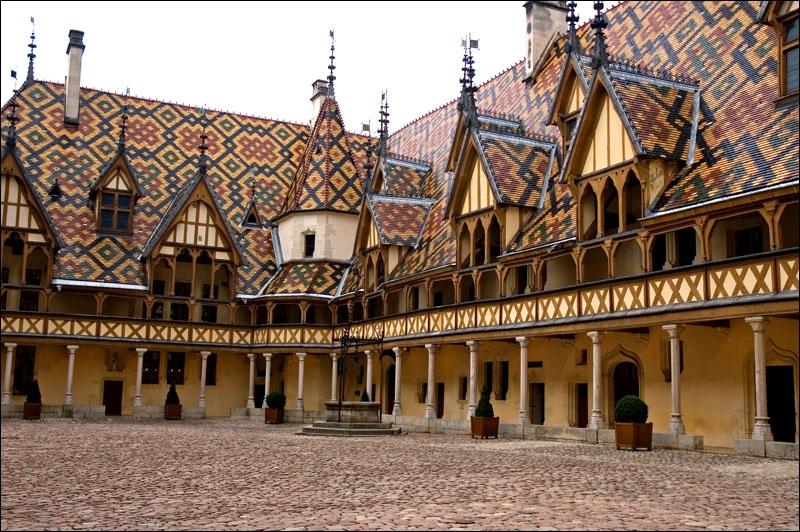 Cet endroit bourguignon est un ancien établissement hospitalier du XVe siècle devenu musée. Il est célèbre, entre autres, pour son prestigieux vignoble dont la production est vendue aux enchères.