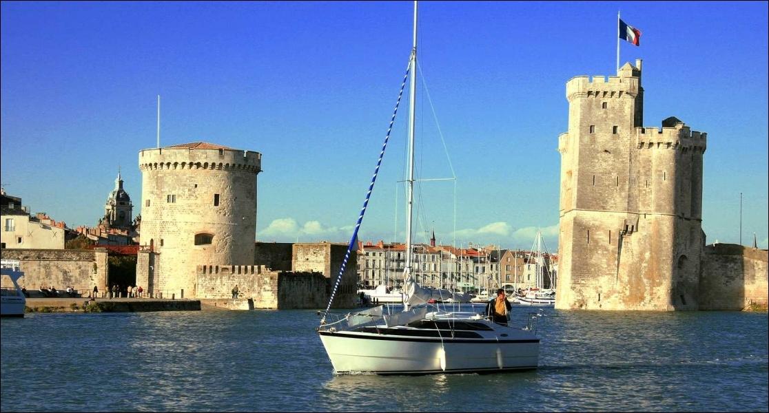 Ancien village de pêcheurs gallo-romains construit sur un promontoire rocheux, cette ville dut son développement au sel, aux vins du Poitou et à la reine Aliénor d'Aquitaine.
