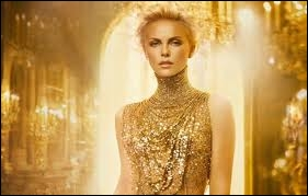 Sur quelle chanson mondialement connue Charlize Theron défile-t-elle dans cette pub pour la marque Dior ?