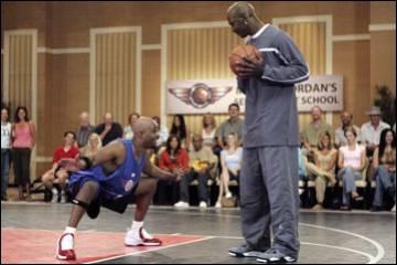 Dan  Hélas Vegas , quelle star du basketball affronte Michael ?