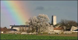 Voici une vue de la Tour Carrée de Loudun . Quelle en est sa région ?