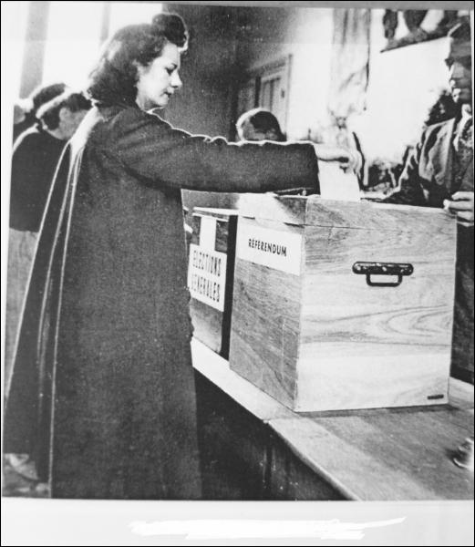 Bien que peu nombreuses à exercer de hautes fonctions publiques, les femmes disposent enfin d'un droit qu'elles mettront en pratique le 29 avril 1945. De quoi s'agit-il ?