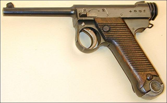 Quelle armée a pris ce pistolet comme pistolet standard ?