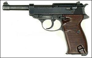 À la place du Luger, elle prit celui-ci : il s'agit d'un pistolet fabriqué en 1938. Quelle est sa marque ?
